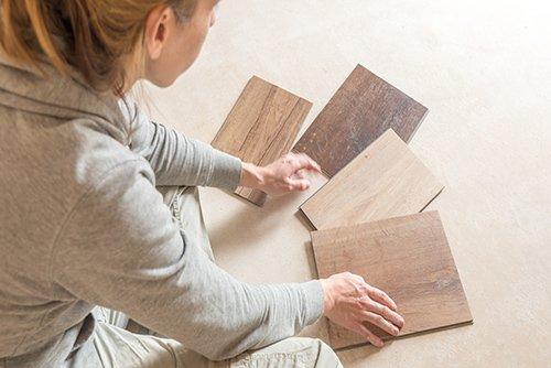 Frau sucht Bodenbeläge aus für Neubau